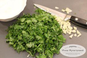 Нарезать чеснок с зеленью