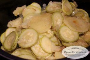 Тушеные кабачки и картофель