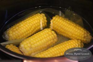 Выложить кукурузу, залить водой