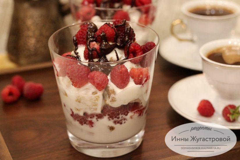 Медовый десерт трайфл с малиной и сметанным кремом