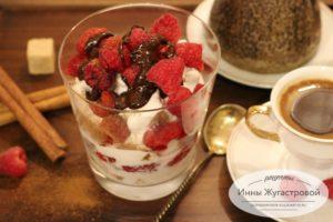 Десерт из медового коржа с малиной
