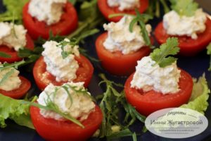 Ломтики помидоров с начинкой из брынзы