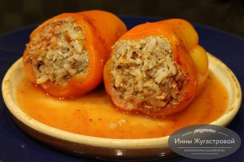 Перец, фаршированный мясом с рисом в томатном соусе в мультиварке
