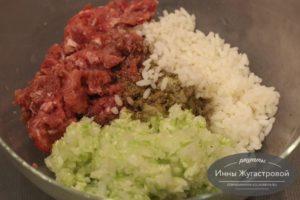 Соединить фарш, рис и овощи