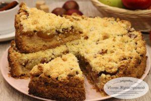 Насыпной пирог со сливами и яблоками