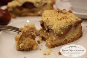 Песочный пирог со сливами и яблоками