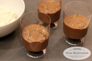 Выложить шоколадный крем