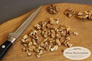 Нарезать грецкие орехи