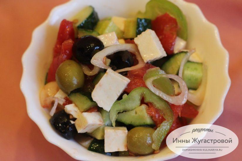 Греческий овощной салат с брынзой и оливками
