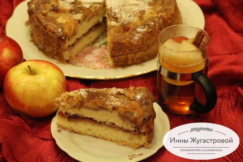 Бисквитный торт с яблоками и джемом, простой и вкусный