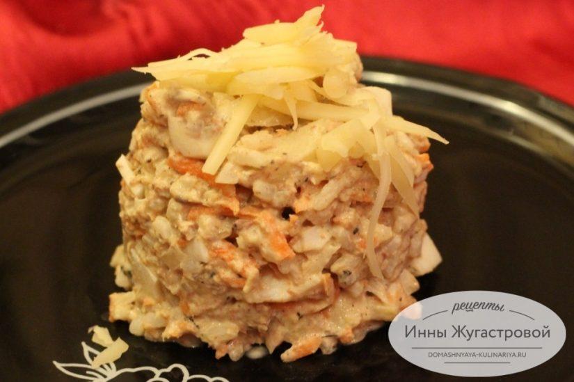Салат из консервированной сайры с яйцами, морковкой, яблоком и рисом