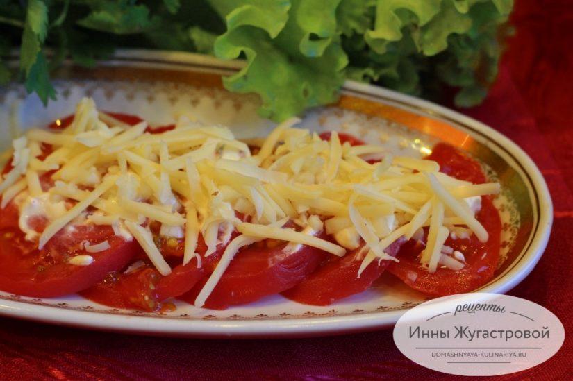 Томаты по-неаполитански, острая закуска из помидоров с чесноком и твердым сыром