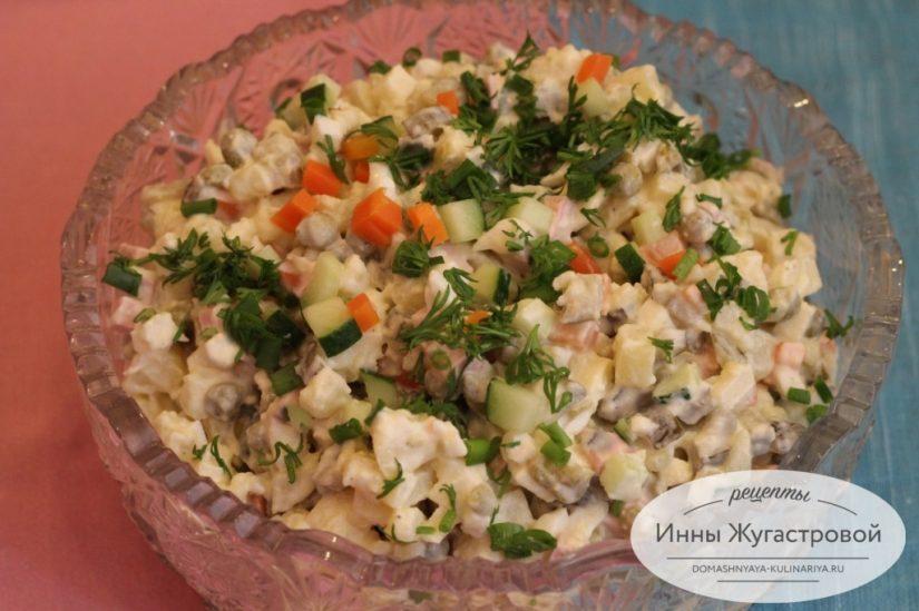 Салат Оливье (столичный, с куриным филе) с яблоками и морковью
