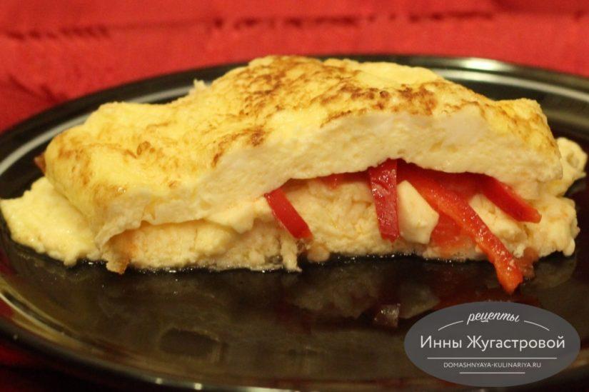 Омлет на сковороде с начинкой из помидоров, брынзы и сладкого перца