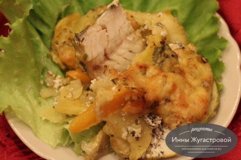 Минтай, запеченный в духовке с кабачком и картофелем под сыром