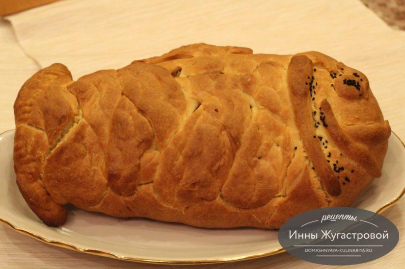 Рыбный дрожжевой пирог с начинкой из минтая в форме рыбки