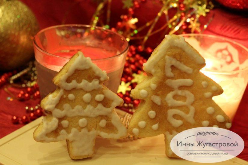 Новогоднее песочное печенье Елочки, украшенное айсингом, простой рецепт