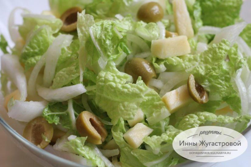 Зимний веганский салат из пекинской капусты с яблоками и оливками