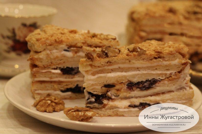 Торт Сметанник со сметанным кремом, орехами и черносливом