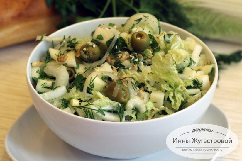 Зеленый салат с сельдереем, пекинской капустой, оливками и яблоком