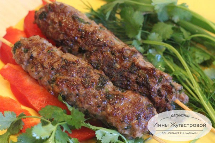 Люля-кебаб из говяжьего фарша на шпажках на сковороде