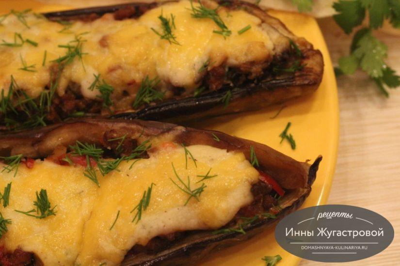 Баклажаны, фаршированные мясом с овощами под сыром и соусом бешамель в духовке