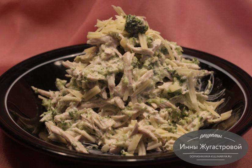 Салат из капусты куриного филе, капусты брокколи и сыра в микроволновке