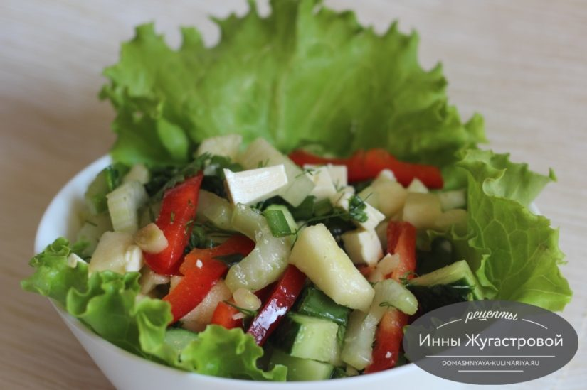 Овощной салат с сельдереем, яблоком и брынзой