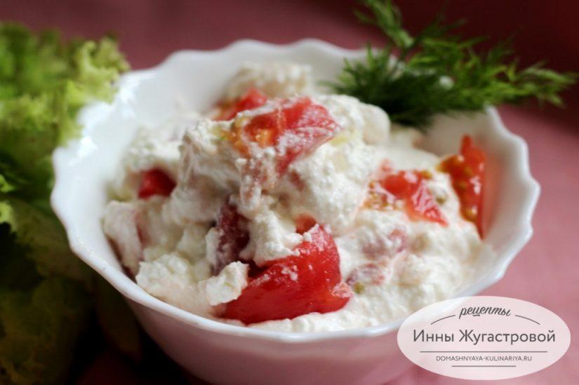 Салат Марго из творога с помидорами, чесноком и свежей зеленью