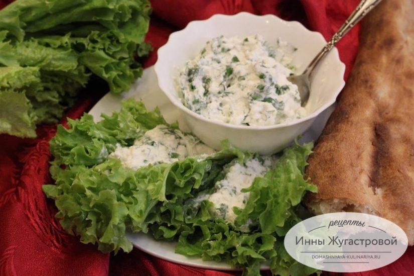 Лодочки из листового салата с творогом, зеленью и чесноком
