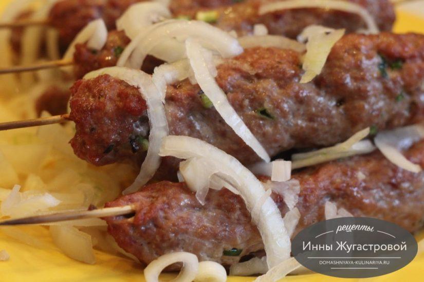 Люля-кебаб из свино-говяжьего фарша на шпажках в духовке