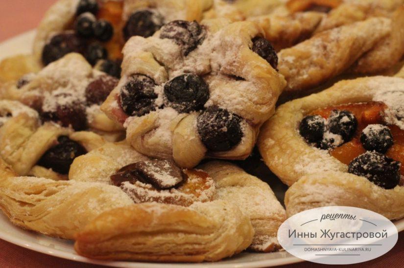 Ассорти пирожных со абрикосами, смородиной и вишней из готового слоеного теста