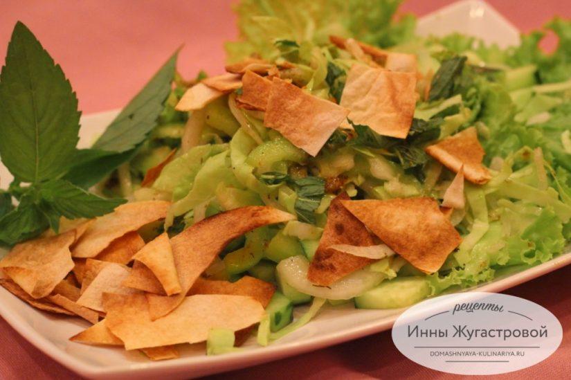 Веганский салат Фаттуш из сезонных овощей с поджаренным лавашем