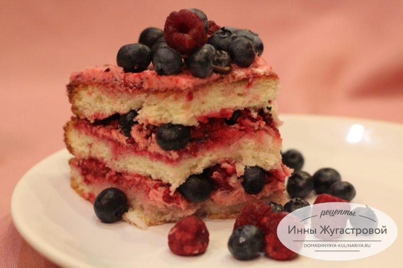 Бисквитный торт со сливочно-малиновым кремом и свежими голубикой и малиной