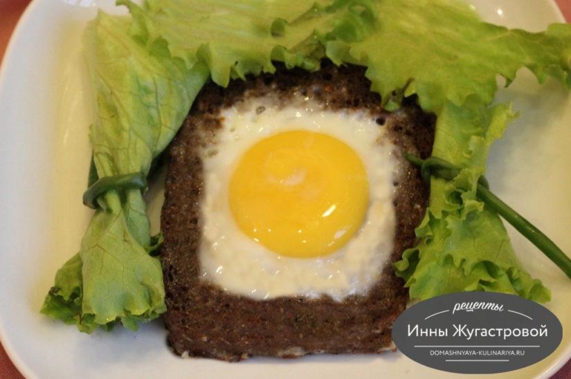 Яичница глазунья с хлебным тостом Солнышко в окошке