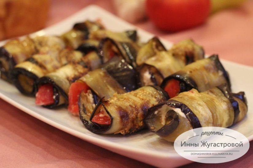 Рулеты из баклажанов с чесноком, орехами и помидорами