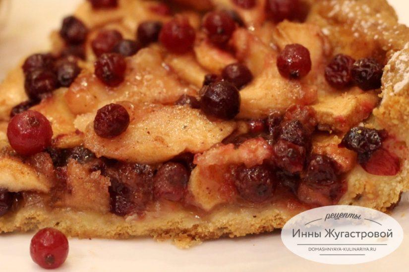 Открытый песочный пирог (тарт) с яблоками и клюквой в карамельной заливке