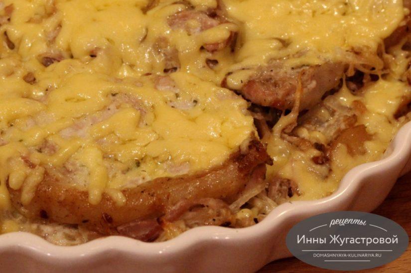 Мясо по-французски с картофелем, сыром, майонезом и луком в духовке