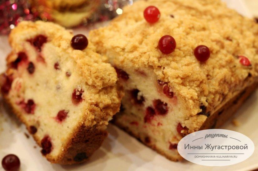 Клюквенный кекс с целыми ягодами и сливочным топингом