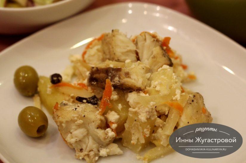 Щука, запеченная в горшочках с овощами и сметаной