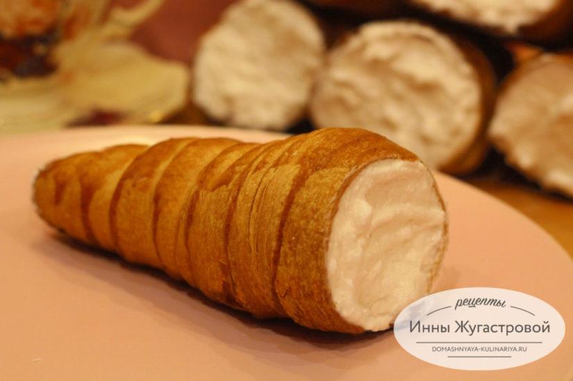 Слоеные пирожные трубочки с белковым кремом