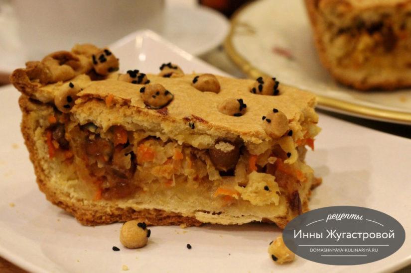 Песочный пирог с квашеной капустой, финиками и изюмом