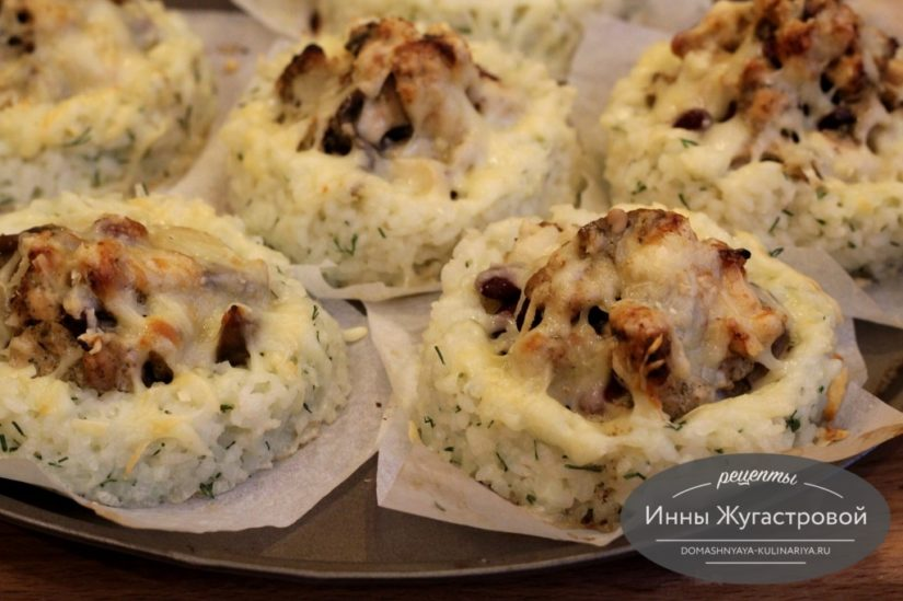 Рисовые гнезда с начинкой из курицы, фасоли и грибов под сыром в духовке