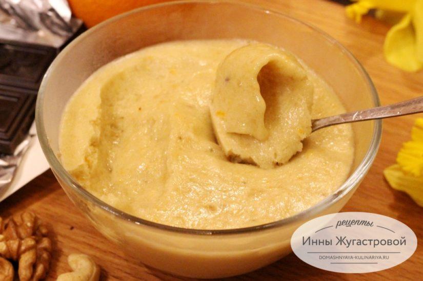 Веганский десерт, апельсиновое мороженое с цедрой (сорбет) на банановой основе