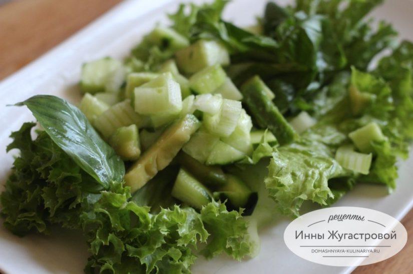Салат из авокадо с сельдереем, огурцами и базиликом