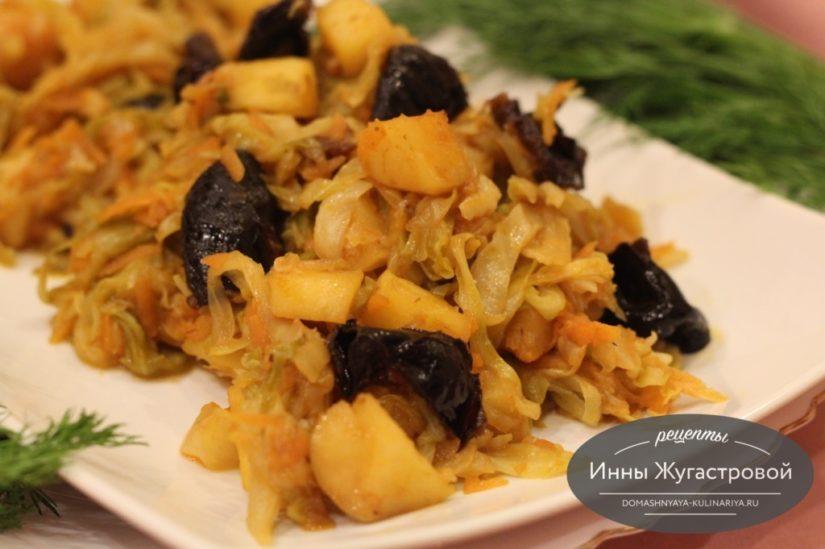 Тушеная капуста с яблоком и черносливом, веганское второе блюдо