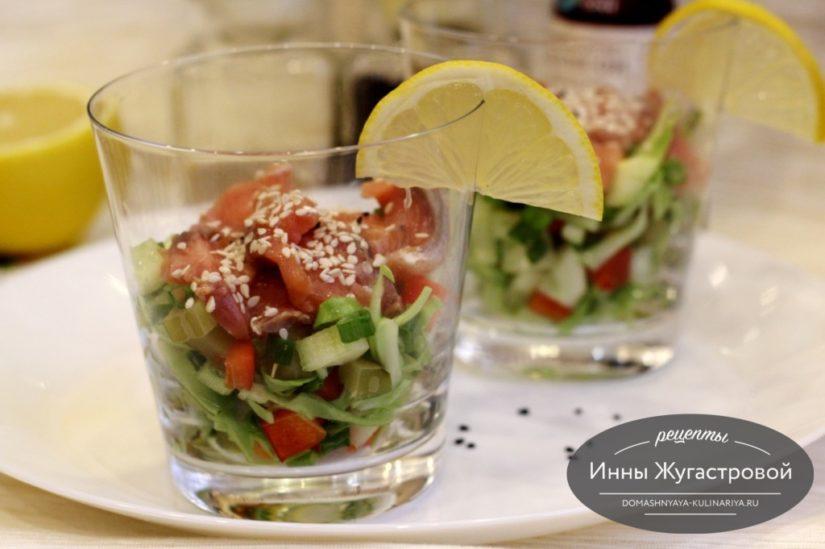 Салат из слабосоленой семги с овощами и кунжутным маслом