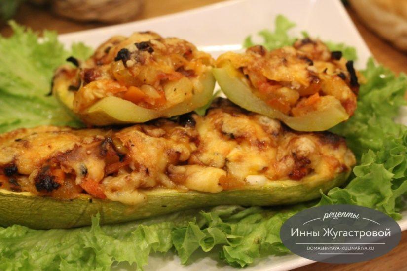 Фаршированные овощами лодочки из кабачков в духовке