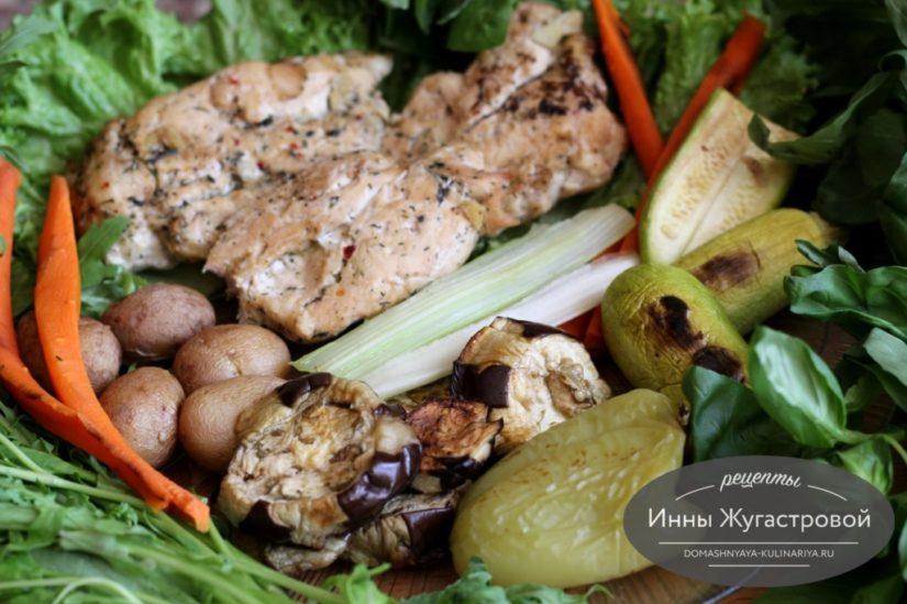 Ароматные летние овощи и куриные отбивные, запеченные в духовке