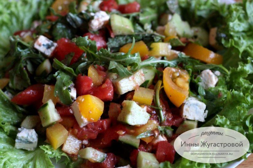 Салат из рукколы с овощами и сыром дорблю